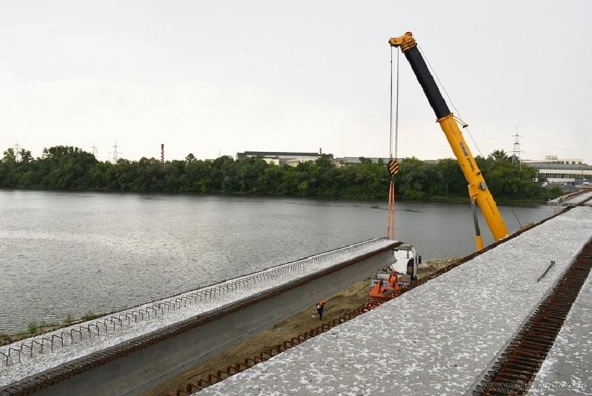 НаСвердловском мосту вПензе строители установили последнюю пролетную балку
