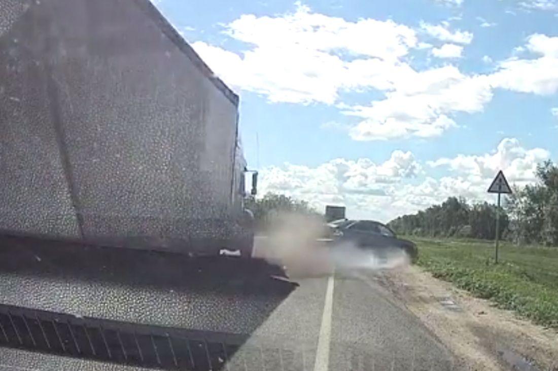 Встрашном ДТП под Тамбовом фургон сгорел после столкновения степловозом
