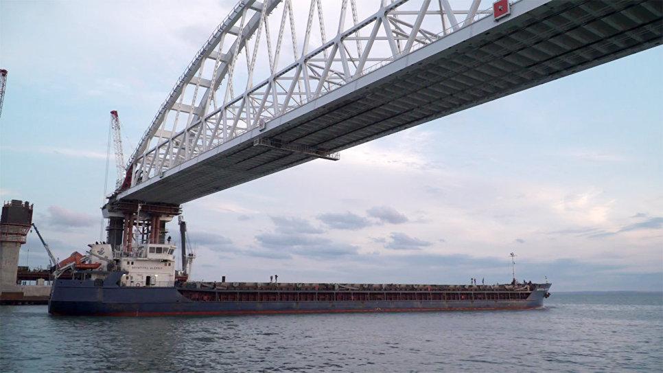Боевой корабль ВМФРФ впервый раз прошел под аркой Крымского моста